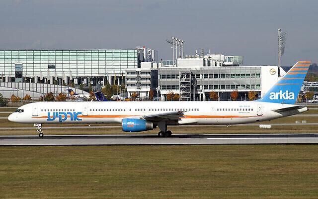 """هذه الطائرة من طراز """"بوينغ 757-300"""" التابعة لشركة """"أركيع"""" الإسرائيلية تعرضت لهجوم بواسطة صاروخي أرض جو كجزء من هجمات مومباسا في عام 2002. تم تصويرها هنا بعد 3 سنوات في مطار ميونيخ. (Juergen Lehle / Wikipedia)"""