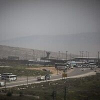 حاجز قلنديا بالقرب من منطقة عطروت الصناعية بين القدس الشرقية والضفة الغربية، 7 أبريل، 2015. (Hadas Parush / Flash90)