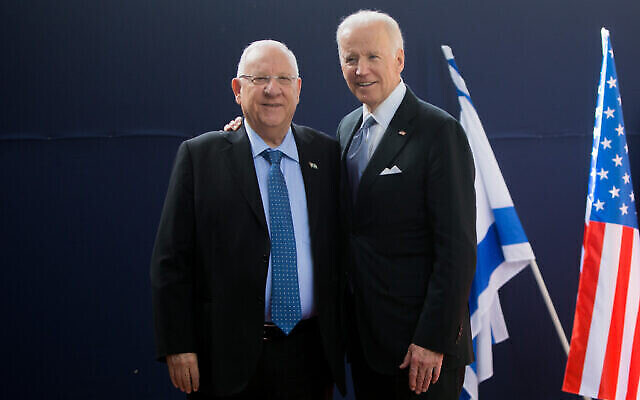 الرئيس رؤوفين ريفلين، من اليسار، مع نائب الرئيس الأمريكي آنذاك جو بايدن في مقر رؤساء إسرائيل في القدس، 9 مارس، 2016 (Yonatan Sindel / Flash90)