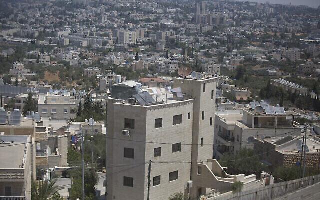 منازل في حي بيت صفافا الفلسطيني بجانب حي جفعات هماتوس في القدس، 5 يوليو، 2016. (Lior Mizrahi / Flash90)