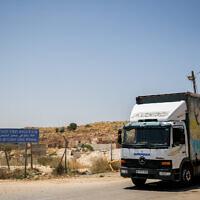 شاحنة في معبر بيتونيا بالقرب من مدينة رام الله بالضفة الغربية، 25 يونيو 2019 (Yonatan Sindel / Flash90)