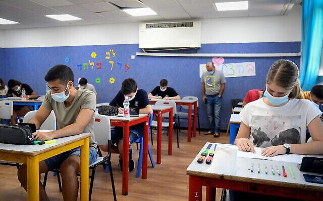 طلاب مدرسة ثانوية يخضعون لامتحانات الثانوية العامة في يهود، 8 يوليو، 2020. (Yossi Zeliger / Flash90)