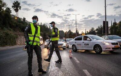 الشرطة الإسرائيلية عند مدخل حي راموت بالقدس خلال حظرا تجول ليلي فرضته الحكومة الإسرائيلية في مناطق ذات معدلات الإصابة الأعلى بفيروس كورونا، 9 سبتمبر، 2020. (Yonatan Sindel / Flash90)