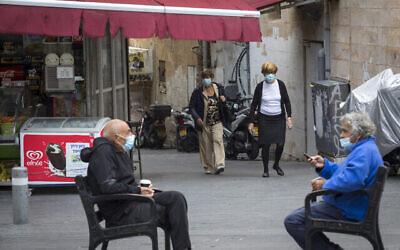 أشخاص يرتدون أقنعة الوجه في وسط مدينة القدس بسبب تفشي فيروس كورونا، 4 نوفمبر، 2020. (Olivier Fitoussi / Flash90)