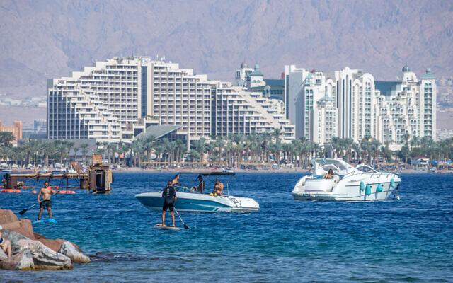 الناس يستمتعون بالشاطئ في مدينة إيلات، 6 نوفمبر 2020 (Yossi Aloni / Flash90)