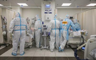 طاقم طبي ينقل مريضا إلى القسم الجديد للكورونا في مستشفى شعاري تسيدك بالقدس، 16 نوفمبر، 2020. (Olivier Fitoussi/Flash90)