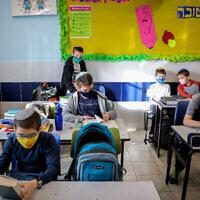 طلاب في فصل دراسي في مدرسة اوروت عتصيون، في مستوطنة إفرات بالضفة الغربية، 24 نوفمبر، 2020. (Gershon Elinson / Flash90)