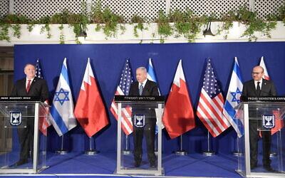 من اليسار إلى اليمين: وزير الخارجية الأمريكي مايك بومبيو، رئيس الوزراء بنيامين نتنياهو ووزير الخارجية البحريني عبد اللطيف بن راشد الزياني في مقر إقامة رئيس الوزراء في القدس، 18 نوفمبر 2020 (Amos Ben Gershom/GPO)