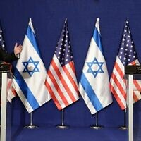 رئيس الوزراء بنيامين نتنياهو ووزير الخارجية الأمريكي مايك بومبيو يلقيان تصريحات للصحافة في مكتب رئيس الوزراء في القدس، 19 نوفمبر 2020 (Amos Ben Gershom / GPO)