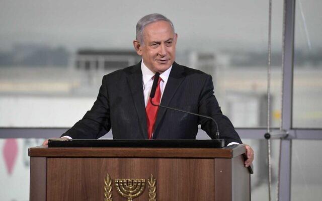 """رئيس الوزراء بنيامين نتنياهو في حفل الترحيب بأول رحلة طيران تجارية لشركة """"فلاي دبي"""" إلى إسرائيل، في مطار بن غوريون، 26 نوفمبر 2020 (Avi Ohayun / GPO)"""