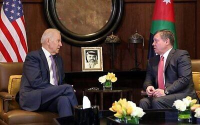 توضيحية: الملك عبد الله الثاني ملك الأردن، إلى يمين الصورة، يلتقي بنائب الرئيس الأمريكي جو بايدن، في قصر الحسينية في عمان، الأردن، 10 مارس، 2016. (AP / Raad Adayleh)