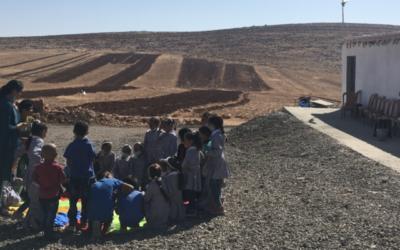 أطفال يلعبون أمام مدرسة رأس التين بالضفة الغربية، المهددة بالهدم من قبل الإدارة المدنية، 15 أكتوبر، 2020. (Aaron Boxerman / Times of Israel)