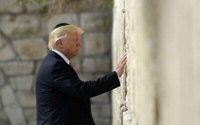 الرئيس الأمريكي دونالد ترامب يزور حائط المبكى، 22 مايو، 2017، في القدس. (صورة AP / Evan Vucci)