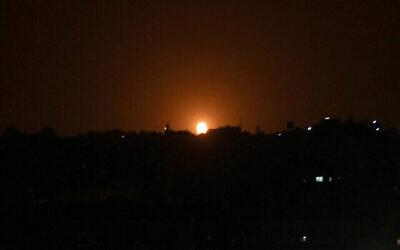 توضيحية: ألسنة اللهب تظهر في أعقاب غارة جوية إسرائيلية على بلدة دير البلح وسط قطاع غزة، 20 أكتوبر، 2020. (Said Khatib / AFP)