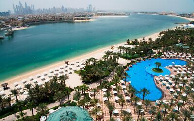 المسبح والشاطئ في فندق أتلانتس مع أفق مرسى دبي كما يظهر من مسافة بعيدة، الإمارات العربية المتحدة، 14 يوليو، 2020. (AP Photo / Jon Gambrell)