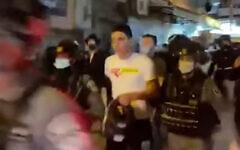 عناصر الشرطة يخرجون جنديين وعدة مدنيين من حشد حريدي في القدس، 12 نوفمبر 2020 (Screenshot / YouTube)