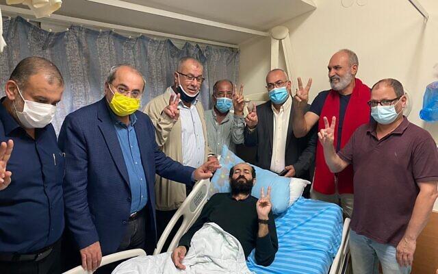 برلمانيون من القائمة العربية المشتركة يتجمعون في غرفة الأسير الأمني الفلسطيني ماهر الأخرس في مستشفى كابلان،  6 نوفمبر 2020 (Joint List spokesperson)