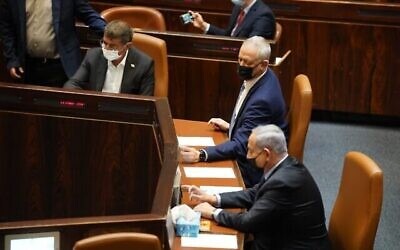 بيني غانتس (وسط) وبنيامين نتنياهو ، من اليمين، في الكنيست، 10 نوفمبر، 2020. (Shmulik Grossman / Knesset Spokesperson)