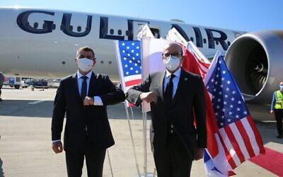 وزير الخارجية أشكنازي، من اليسار، يرحب بنظيره البحريني عبد اللطيف الزياني في إسرائيل، 18 نوفمبر، 2020. (Miri Shimonovich / MFA)