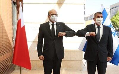 وزير الخارجية أشكنازي، يمين، يرحب بنظيره البحريني عبد اللطيف الزياني في وزارة الخارجية الإسرائيلية، 18 نوفمبر 2020 (Miri Shimonovich / MFA)