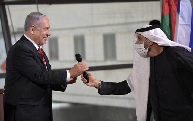 """رئيس الوزراء بنيامين نتنياهو، يسار، في حفل الترحيب بأول رحلة طيران تجارية لشركة """"فلاي دبي"""" إلى إسرائيل، في مطار بن غوريون، 26 نوفمبر 2020 (Avi Ohayun / GPO)"""