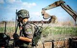 مهندس حربي يزيل ثلاثة ألغام مضادة للأفراد تقول إسرائيل إنها زُرعت داخل أراض خاضعة لسيطرتها على طول الحدود مع سوريا، 17 نوفمبر، 2020. (Israel Defense Forces)