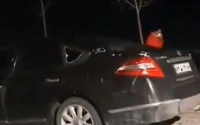 صورة من مقطع فيديو يُزعم أنه يظهر السيارة التي كان يستقلها محسن فخري زادة وقت اغتياله، 27 نوفمبر، 2020. (Screen grab / Twitter)