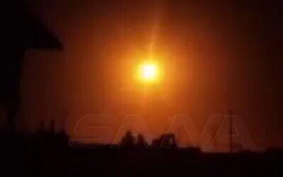 صاروخ سوري مضاد للطائرات ينفجر في الجو ليلا يضيء السماء قرب دمشق ، 24 نوفمبر، 2020. (SANA)
