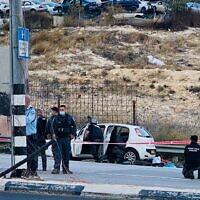 الشرطة تتفقد سيارة استخدمت في محاولة تنفيذ هجوم دهس مشتبه به عند حاجز الزعيم خارج القدس، 25 نوفمبر 2020 (Shlomo Mor)