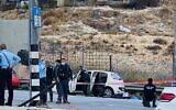 الشرطة تتفقد سيارة استخدمت في ما يُشتبه بأنها  محاولة دهس عند حاجز الزعيم خارج القدس، 25 نوفمبر، 2020. (Shlomo Mor)
