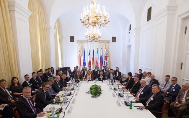 عباس عراقجي (مركز يمين)، النائب السياسي في وزارة الخارجية الإيرانية، والأمين العام لخدمة العمل الخارجي للاتحاد الأوروبي هيلغا شميد (مركز يسار) يحضران اجتماع اللجنة المشتركة حول البرنامج النووي الإيراني، في قصر كوبورغ في فيينا، النمسا، 28 يونيو 2019 (ALEX HALADA / AFP)