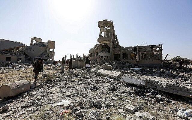 مواطنون يتفقدون أنقاض مبنى مدمر كان يستخدمه المتمردون الحوثيون في اليمن كمركز احتجاز، بعد قصف جوي للتحالف بقيادة السعودية، في ذمار جنوب العاصمة صنعاء الخاضعة لسيطرة الحوثيين في 1 سبتمبر، 2019. (AFP)