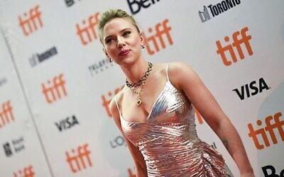 الممثلة سكارليت جوهانسون تحضر العرض الخاص لفيلم Jojo Rabbit خلال مهرجان تورونتو السينمائي الدولي 2019 في تورونتو، أونتاريو، 8 سبتمبر، 2019. (VALERIE MACON / AFP)