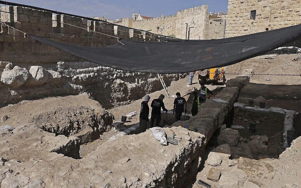 عمال يحفرون في موقع أثري في متحف برج داوود في القلعة القديمة في القدس بالقرب من باب الخليل في البلدة القديمة في القدس، 28 أكتوبر، 2020. (MENAHEM KAHANA / AFP)