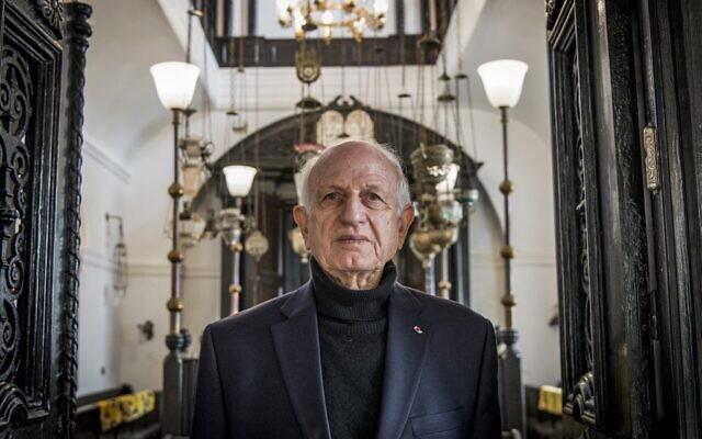 """في صورة الملف هذه التي التقطت في 14 ديسمبر 2019، أندريه أزولاي، مستشار الملك المغربي، يقف لالتقاط صورة في المتحف اليهودي """"بيت الذاكرة""""، في مدينة الصويرة الساحلية المطلة على المحيط الأطلسي بالمغرب (FADEL SENNA / AFP )"""
