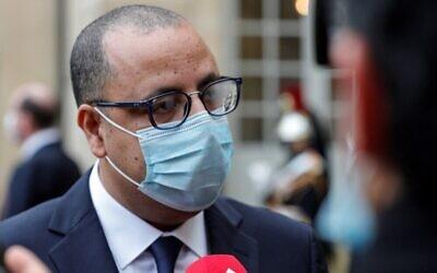 رئيس الوزراء التونسي هشام المشيشي يتحدث للصحافة بعد لقاء مع نظيره الفرنسي في فندق ماتينيون في باريس، 14 ديسمبر 2020 (Geoffroy Van Der Hasselt / AFP)