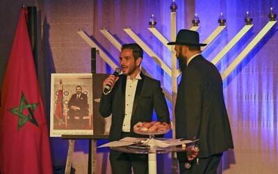 الحاخام ليفي بانون وأحد أفراد الجالية اليهودية في الدار البيضاء خلال احتفال في الليلة الخامسة من عيد حانوكا اليهودي، في الدار البيضاء، 14 ديسمبر 2020 (FADEL SENNA/AFP)