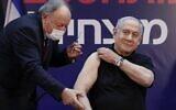 رئيس الوزراء بنيامين نتنياهو يتلقى لقاح فيروس كورونا في مركز شيبا الطبي في رمات غان، ليصبح أول إسرائيلي يحصل على اللقاح، 19 ديسمبر 2020 (AMIR COHEN / POOL / AFP)