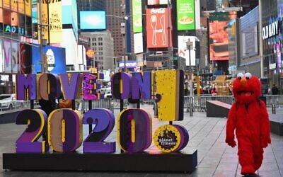 """لافتة كتب عليها """"Move On 2020!"""" في تايمز سكوير في مدينة نيويورك، 28 ديسمبر 2020 (Angela Weiss / AFP)"""