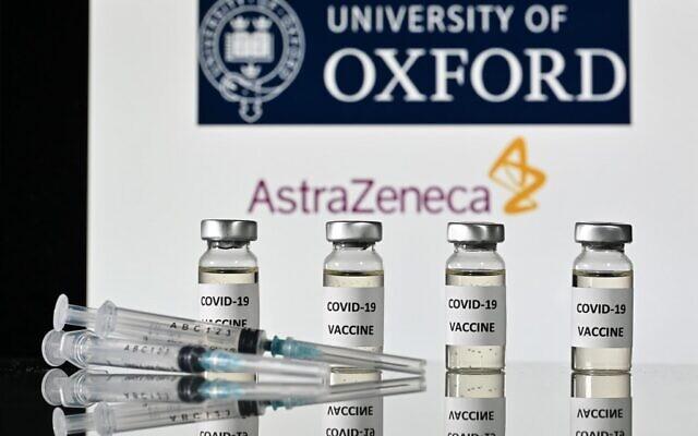 صورة توضيحية: قوارير عليها ملصقات لقاح كوفيد-19، مع شعار جامعة أكسفورد وشريكتها شركة الأدوية البريطانية أسترازينيكا، 17 نوفمبر 2020 (JUSTIN TALLIS / AFP)