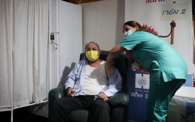 عضو الكنيست أحمد الطيبي يتلقي التطعيم في مستشفى هداسا في القدس، 20 ديسمبر، 2020. (Twitter)