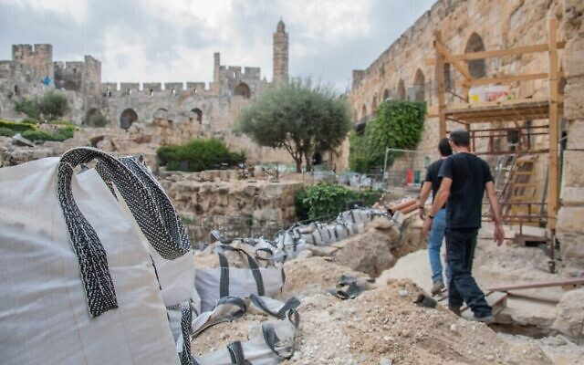 عميت ريعم ، كبير علماء الآثار في لواء القدس بسلطة الآثار الإسرائيلية، يوجه علماء الآثار في متحف برج داوود. (IAA)