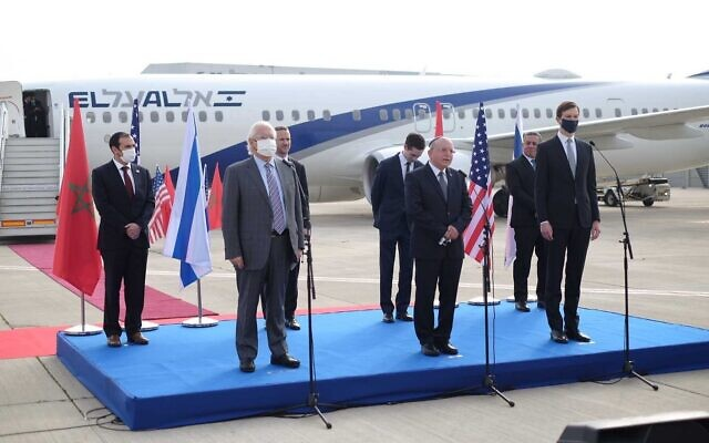 مئير بن شبات (وسط) مع جاريد كوشنر (يمين) وديفيد فريدمان (يسار)، يتحدث قبل مغادرة أول رحلة مباشرة بين إسرائيل والمغرب، في مطار بن غوريون، 22 ديسمبر 2020 (Judah Ari Gross/Times of Israel)