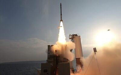اطلاق صاروخ اعتراضي على هدف يحاكي تهديدا قادما، ديسمبر 2020. (Defense Ministry)