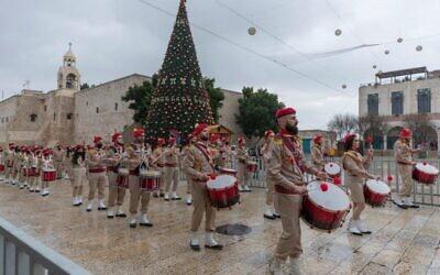 الكشافة الفلسطينية في موكب في ساحة كنيسة المهد في مدينة بيت لحم بالضفة الغربية، 24 ديسمبر 2020 (AP Photo / Nasser Nasser)