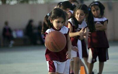 فتيات في السعودية يلعبن كرة السلة. (AP Photo/Hasan Jamali)