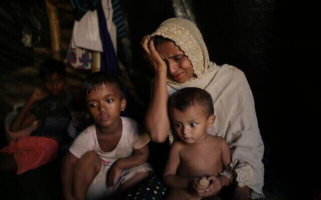 جميلة بيغوم ، 35 عاما، تبكي خلال حديثها عن الطريقة التي قتلت فيها عناصر في القوات المسلحة الميانمارية المتهة بقتل المدنيين في قريتها مونج نو، في ولاية راخين في ميانمار، ابنها وزوجها، في مقابلة مع وكالة أسوشيتد برس في مخيم كوتوبالونغ للاجئين في بنغلاديش، 26 نوفمبر، 2017. (AP Photo / Wong Maye-E)