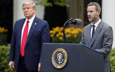 الرئيس الأمريكي دونالد ترامب يقف إلى جانب آدم بوهلر ، الرئيس التنفيذي لمؤسسة تمويل التنمية الدولية الأمريكية، خلال حديثه عن فيروس كورونا في حديقة الورود بالبيت الأبيض، 14 أبريل، 2020،  في واشنطن. (AP Photo/Alex Brandon)