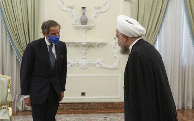 الرئيس الإيراني حسن روحاني، يمين، يرحب بالمدير العام للوكالة الدولية للطاقة الذرية رافائيل ماريانو غروسي، في اجتماعهما في طهران، إيران، 26 أغسطس 2020. (Iran Presidency via AP)