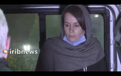 لقطة شاشة من فيديو للتلفزيون الحكومي الإيراني، يظهر الأكاديمية البريطانية الأسترالية كايلي مور غيلبرت في طهران، إيران، 25 نوفمبر 2020 (Iranian State Television via AP)